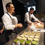 Ramon Morató explicando su caviar de coco, con receta en el libro Four in One