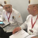 El jurado español, Yann Bonneau, charlando amistosamente con otro conocido chef, Emmanuel Hamon