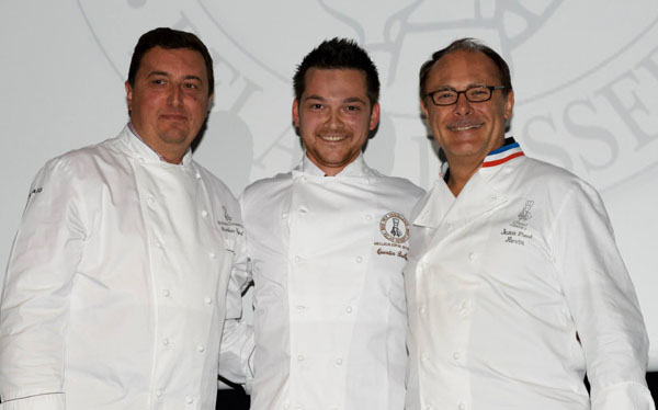 Quentin Bailly rodeado de Frédéric Cassel y Jean-Paul Hevin en el momento de recibir el premio