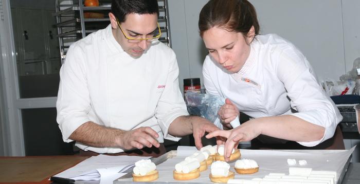 Jordi Puigvert, en el curso, con Saray Ruiz, alumna de la EPGB