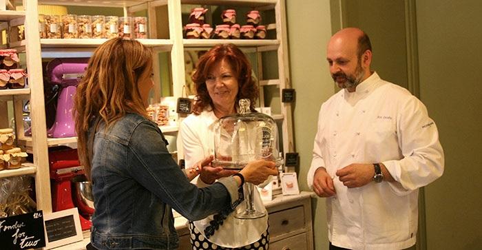 Esther Vila entrega el trofeo de Mejor Pasta de Té de España