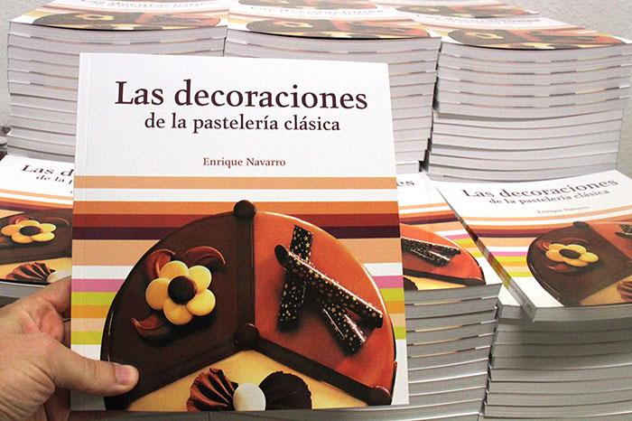 el libro de Decoraciones de Enrique Navarro en el almacén de Grupo Vilbo