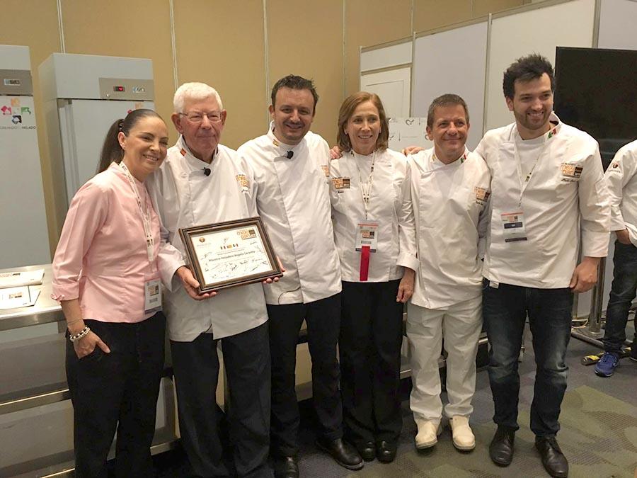Foto de grupo con algunos de los chefs destacados en Mexipan durante el homenaje a Angelo Corvitto