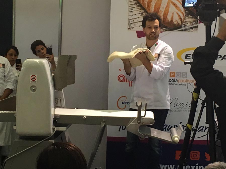 Lluís Costa durante su sesión sobre el croissant de mantequilla