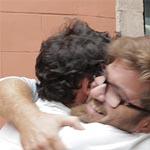 Lluís Estrada y Toni Vera se abrazan después de recibir el trofeo