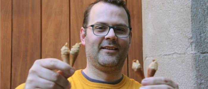 Abraham Balaguer sostiene la pasta de té ganadora del concurso