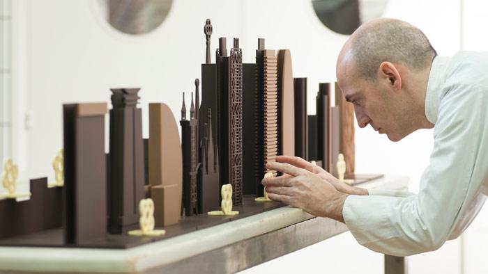 Enric Rovira montando skyline de chocolate de BCN