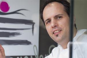 Jose Manuel Samper en primer plano, con el logo por detrás