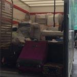 Descargando el camión en el que el equipo español llevaba todo el material necesario para la competición