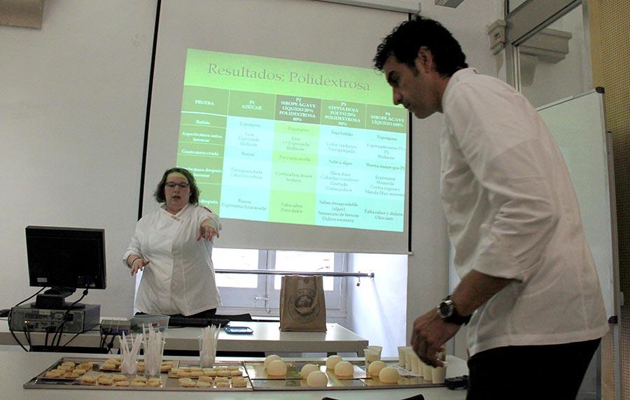 Sandra Otero durante la presentación de su tesina sobre edulcorantes naturales alternativos