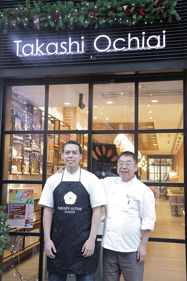 Takashi y su hijo Ken Ochiai en la fachada del nuevo local y aula
