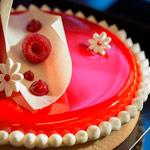 Pastel rojo-blanco Bachour