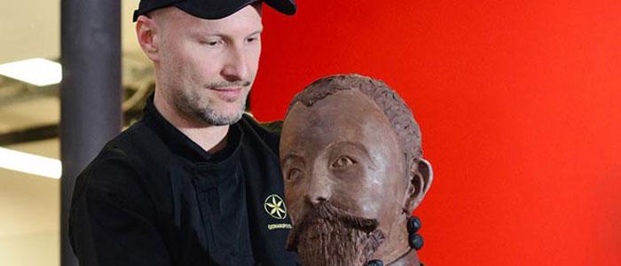 Gerhard Petzl colocando busto de chocolate