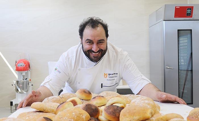 Jose Montejano es el director de los estudios de pastelería en el centro