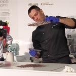 Paolo Temesió elaboró un bombón en directo desde el atemperado del chocolate hasta el sellado final