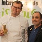 Sergi Vela, igual que el resto de chefs, recibió una placa conmemorativa con los símbolos de la localidad, la mola y la palma