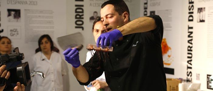 Paolo Temesio encamisando un molde de bombones
