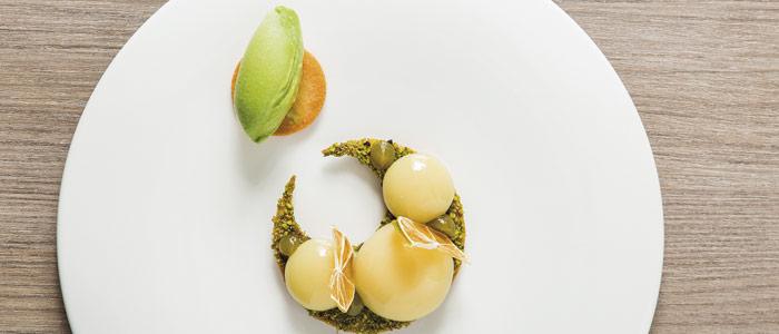 Yemas de yuzu con helado de albahaca