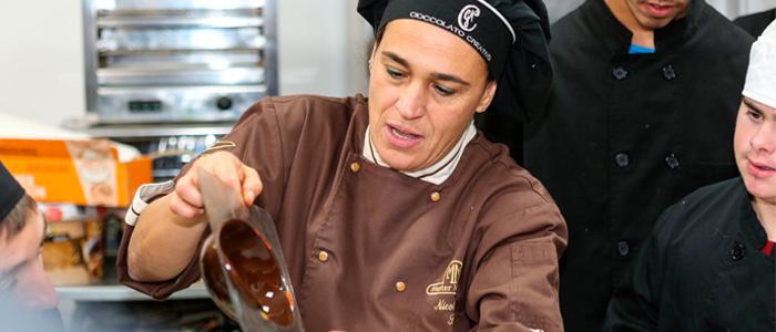 Nicoletta Rustici muestra creación de chocolate
