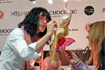 Mayte Rodriguez realizando en vivo su pieza de azúcar