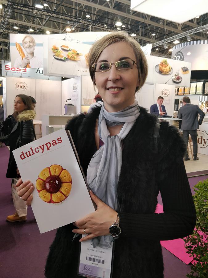 Cécile Farkas muestra la revista en la que aparece su artículo