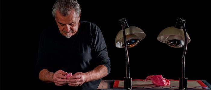Paco Torreblanca elaborando una figura de azúcar