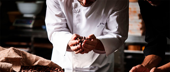 Jordi Roca analizando cacao