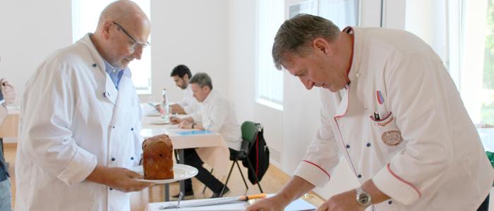 Miembros del jurado evaluando el panettone
