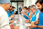 Los participantes elaborando wagashi