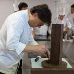 Oriol Balaguer elaborando pieza de chocolate para proceso de admisión de Relais Desserts