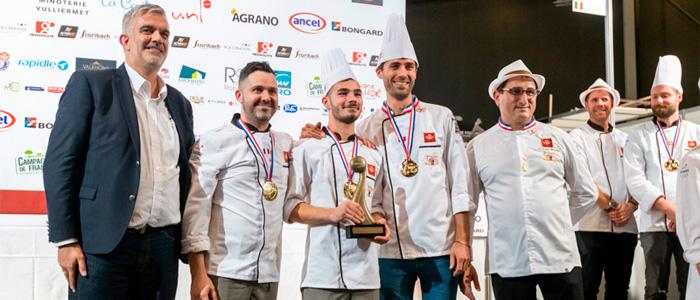 El equipo francés durante la entrea del tercer premio