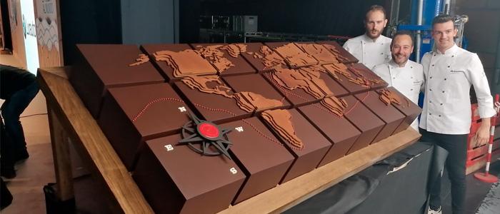 El equipo de la Chocolate Academy con el mapamundi