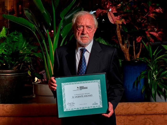 Vicente Ascaso con el galardón