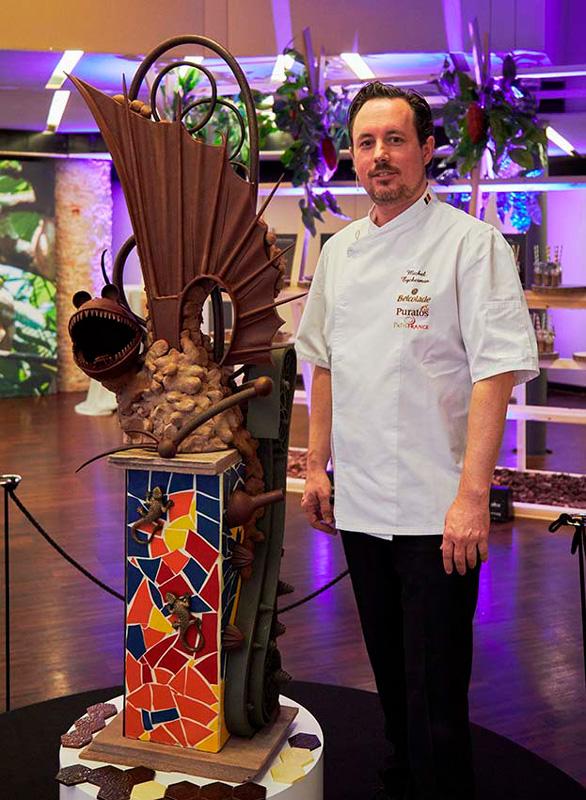 Michel Eyckerman con la figura de chocolate inspirada en Gaudí