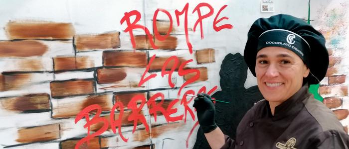 Nicoletta Rustici acabando de pintar su mural