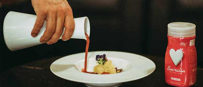 Sopa de fresa con gorgonzola, granada, flores y sucralín