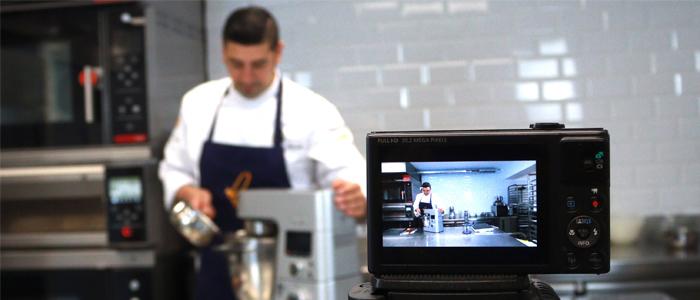 Hans Ovando durante una clase online en la Bee Chef Pastry School