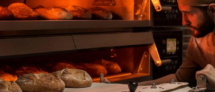 Panadero horneando panes