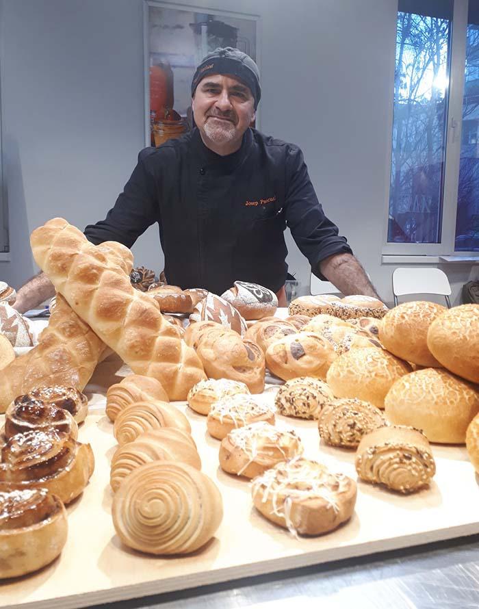 Josep Pascual mostando el buffet de uno de sus cursos de panes