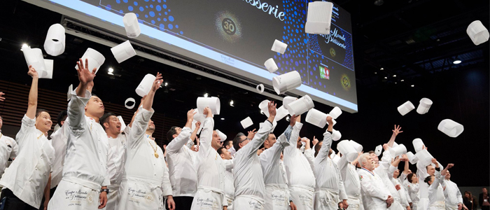 Los finalistas de la CMP lanzando sombreros al aire