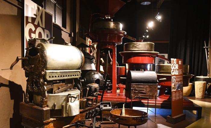Maquinas para trabajar el chocolate en el museo de Rafa Gorrotxategi