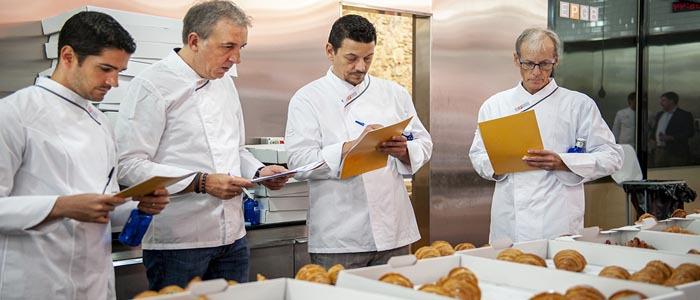 Jurado valorando croissants candidatos al concurso