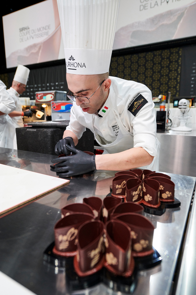 Montando la tarta para compartir durante la competición