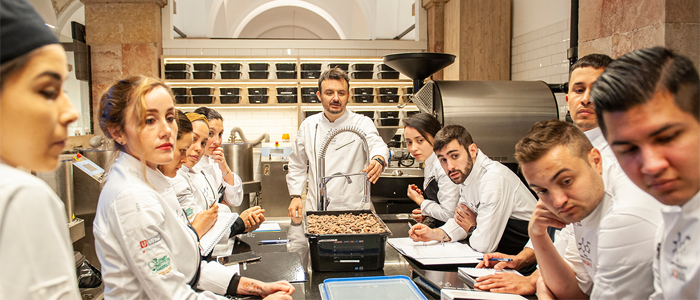Olivier Fernández y alumnos en una clase de Bean to Bar