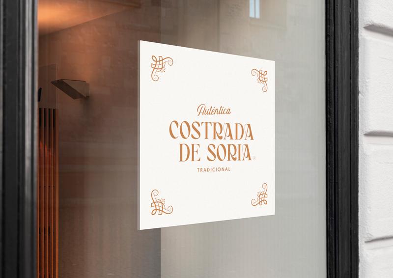 Logotipo de la marca Costrada de Soria en la puerta de un establecimiento