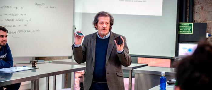 Paco Gil durante una conferencia en la EPGB