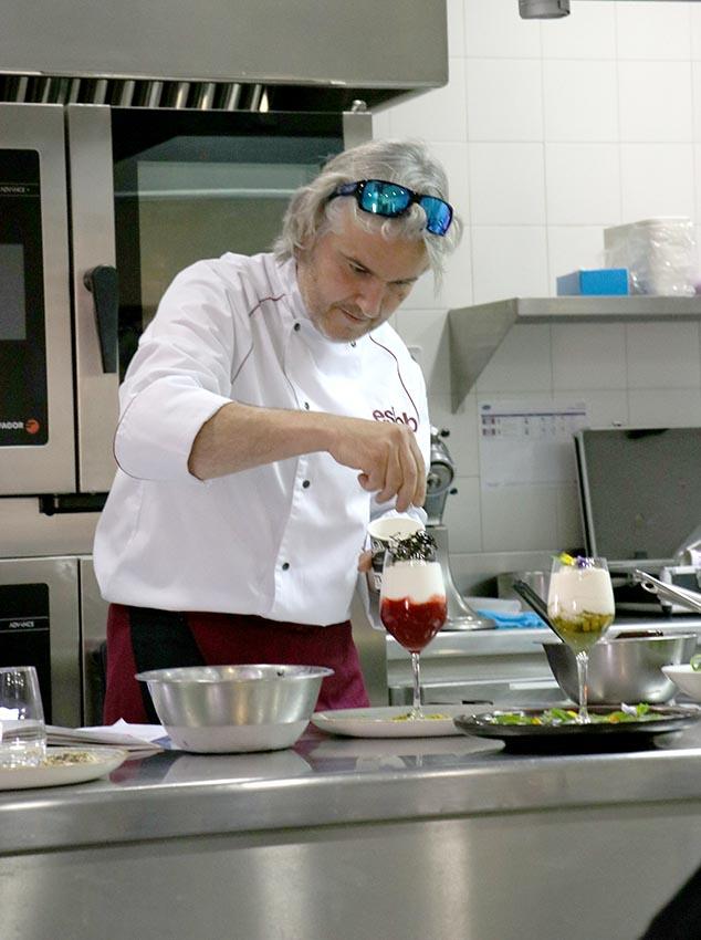 Albert Iglésias durante el cocinado