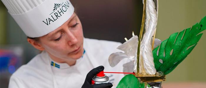 Candidata sueca preparando pieza artística de azúcar