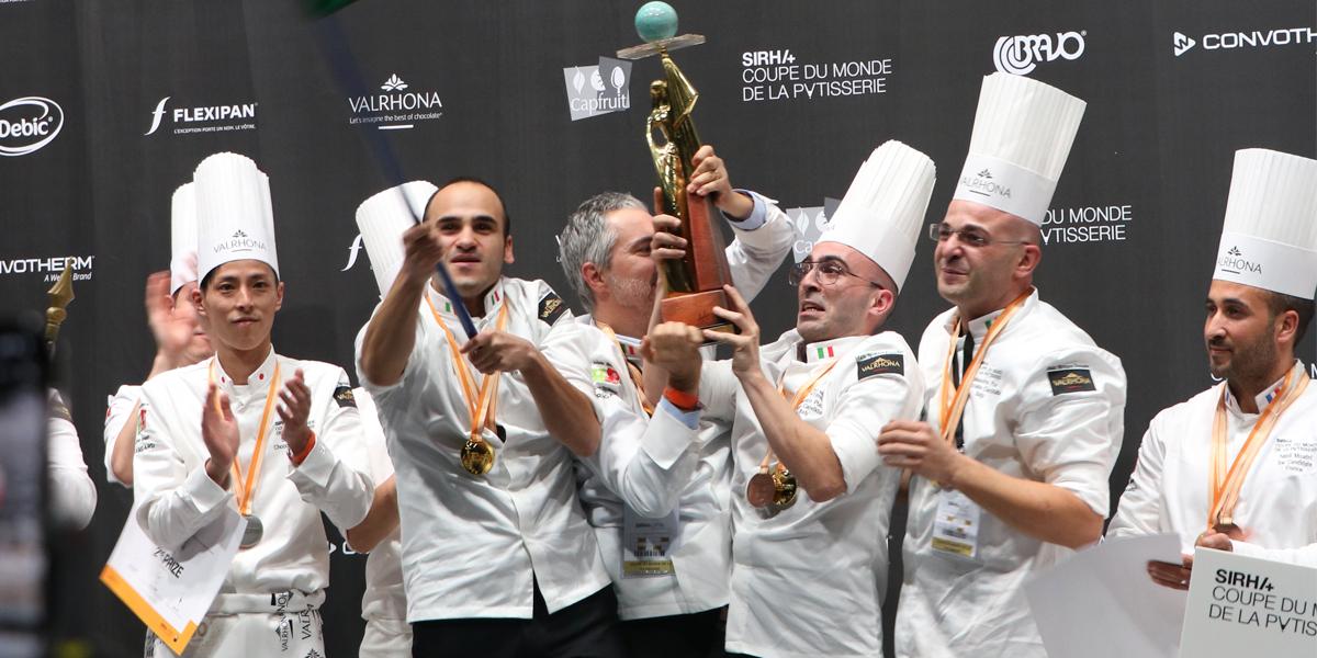 Equipo italiano recibiendo el premio