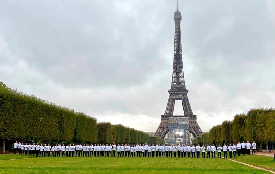 Chefs de Relais Desserts frente a la Torre Eiffel